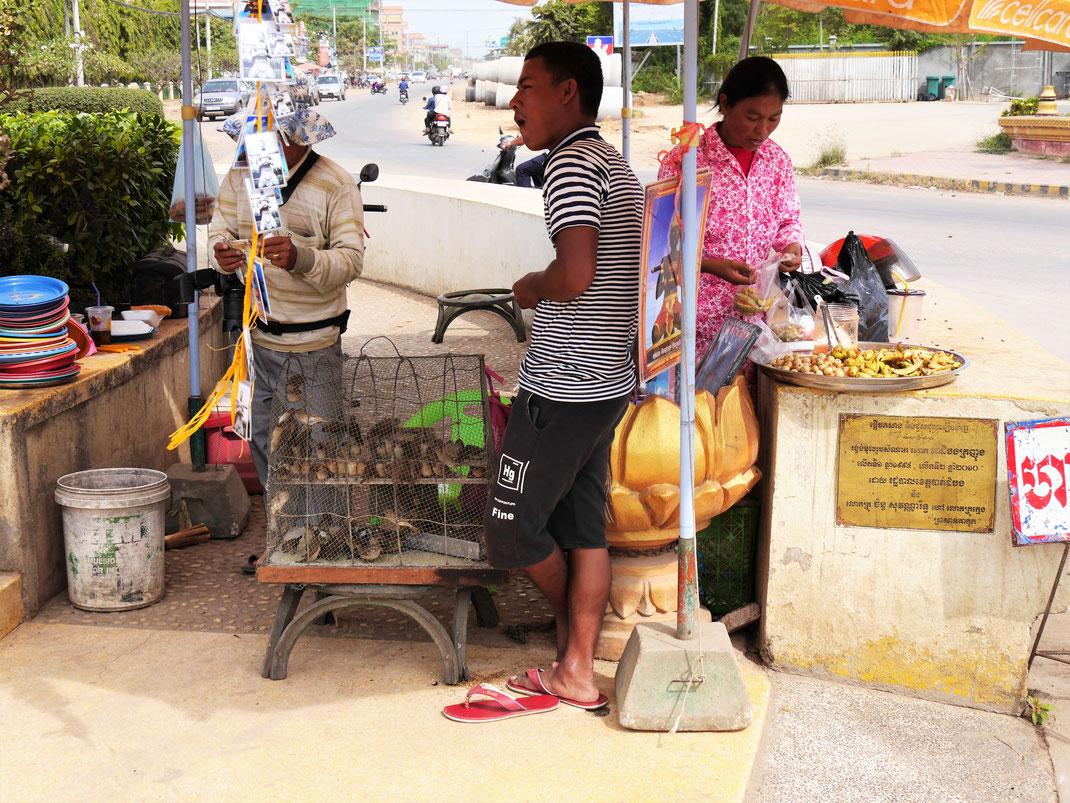 Einen Vogel befreien und sich etwas wünschen... Battambang, Kambodscha (Foto Jörg Schwarz)