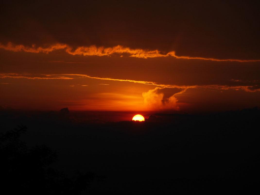 Ein Spektakel von Sonnenuntergang bei Manizales, Kolumbien (Foto Jörg Schwarz)