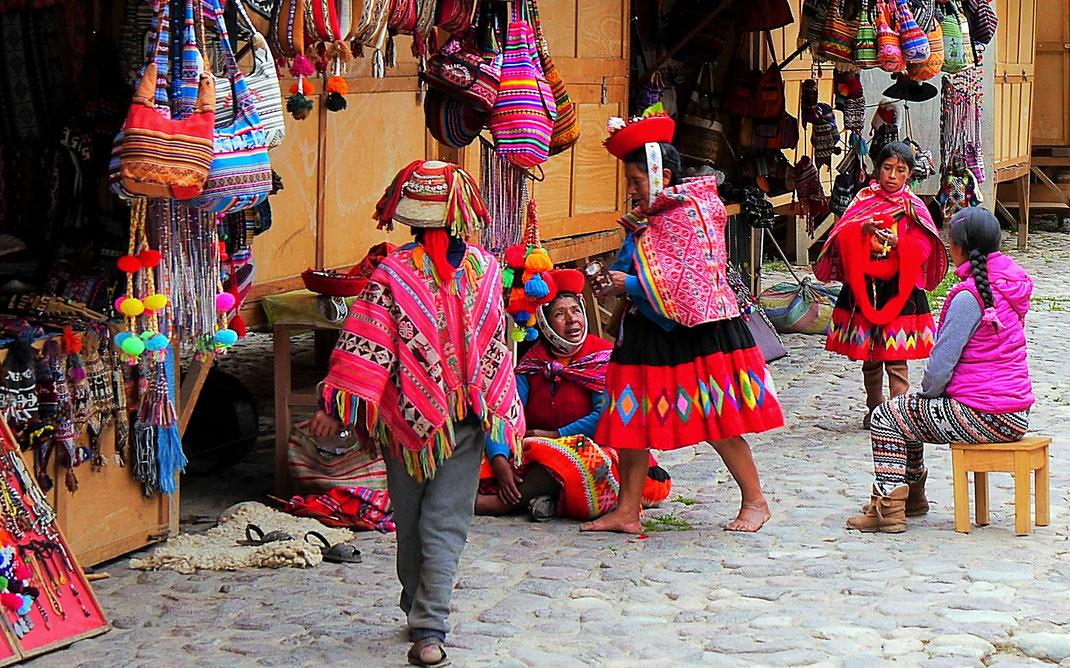 Traditionelle Trachten und Kunsthandwerk der Region - Aber alles im Dienste der Tourismusindustrie und damit ganz sicher nicht das wahre Peru... (Foto Jörg Schwarz)