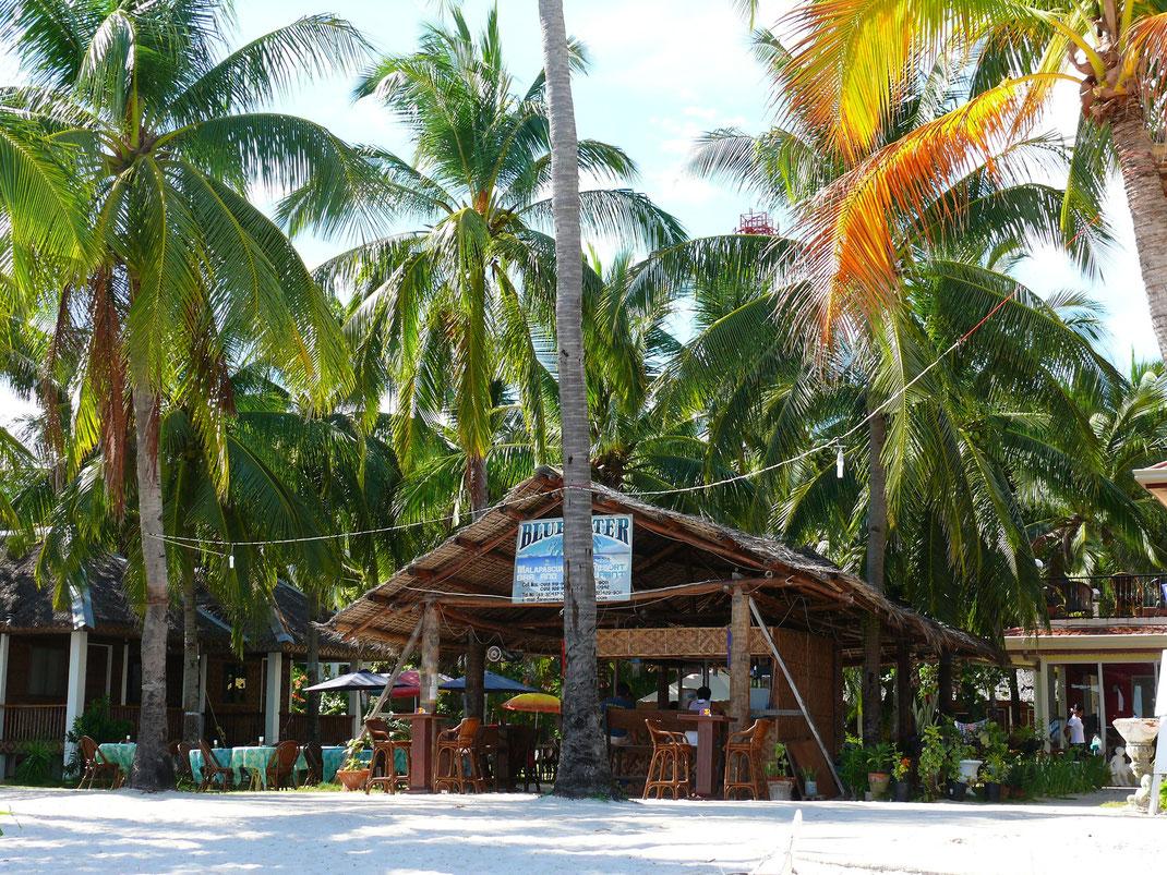 Steter Anziehungspunkt auf dem Bounty-Beach: Die kleine aber feine Beachbar des Blue Water Beach Resorts (Foto Jörg Schwarz)