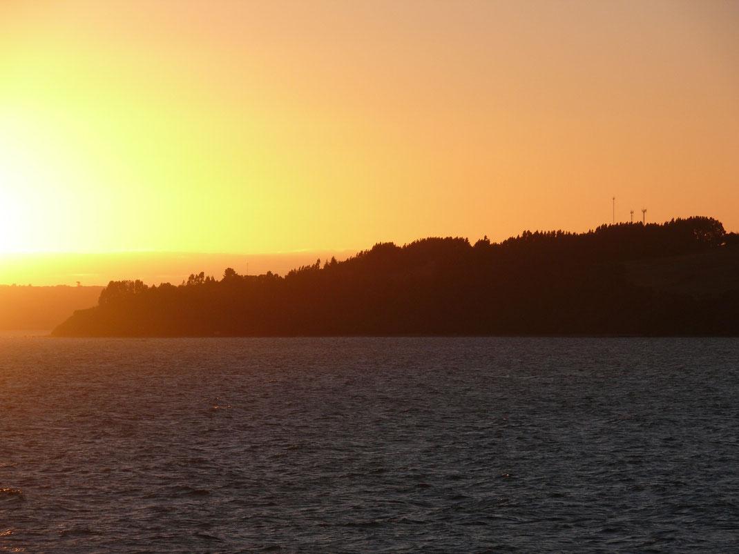Atemberaubender Sonnenuntergang bei Ausfahrt aus dem Hafen Puerto Montt's (Foto Jörg Schwarz)