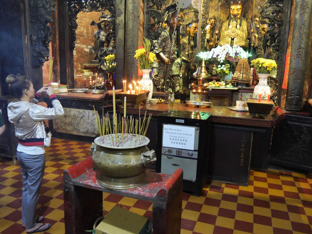 Der Altar und das Bildnis des Jadekaisers mitsamt seinen Gehilfen... Ho-Chi-Minh-Stadt, Vietnam (Foto Jörg Schwarz)