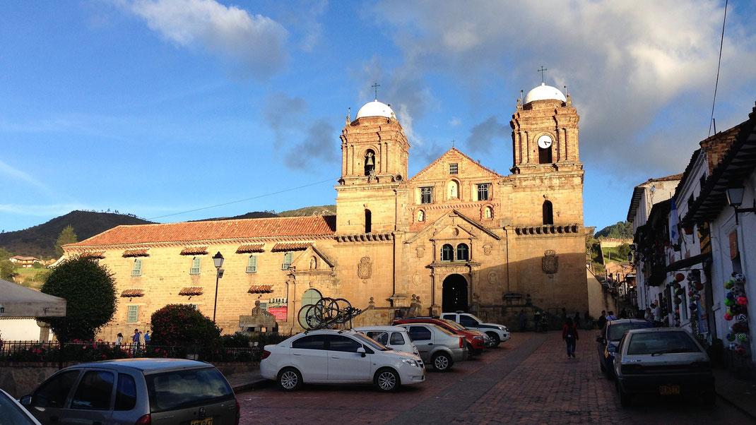 Die Kirche an der Plaza, Monguí, Kolumbien (Foto Jörg Schwarz)