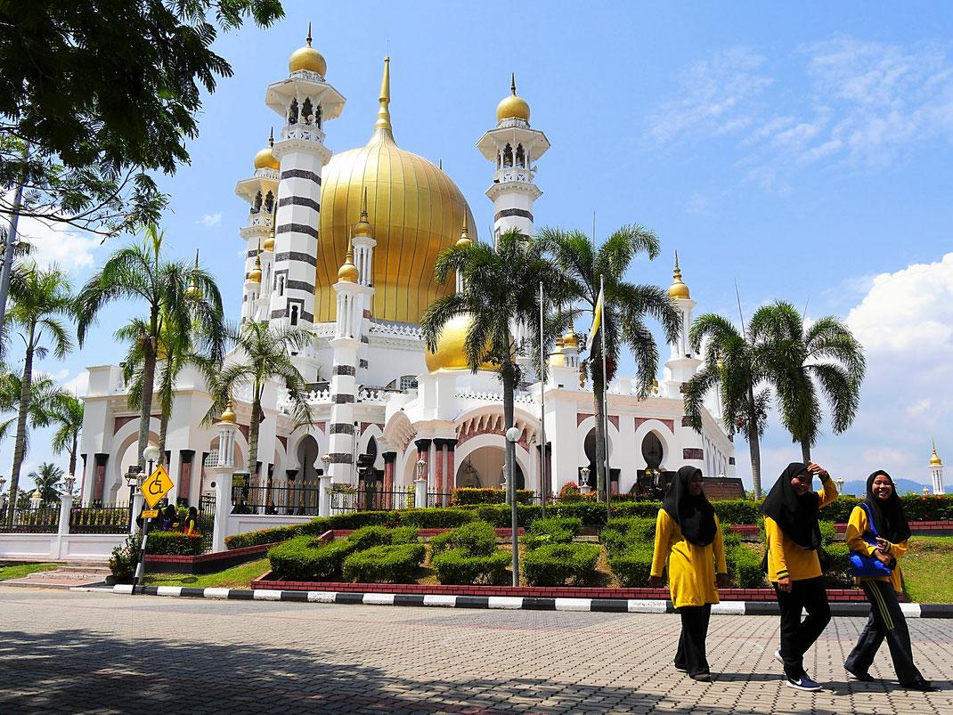 Wir sind begeistert, wie freundlich und unvoreingenommen man uns - auch - an der Ubadiah Moschee begegnet, Kuala Kangsar, Malaysia (Foto Jörg Schwarz)