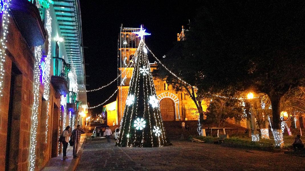 An der zentralen Plaza ist Weihnachtsstimmung, Barichara, Kolumbien (Foto Jörg Schwarz)