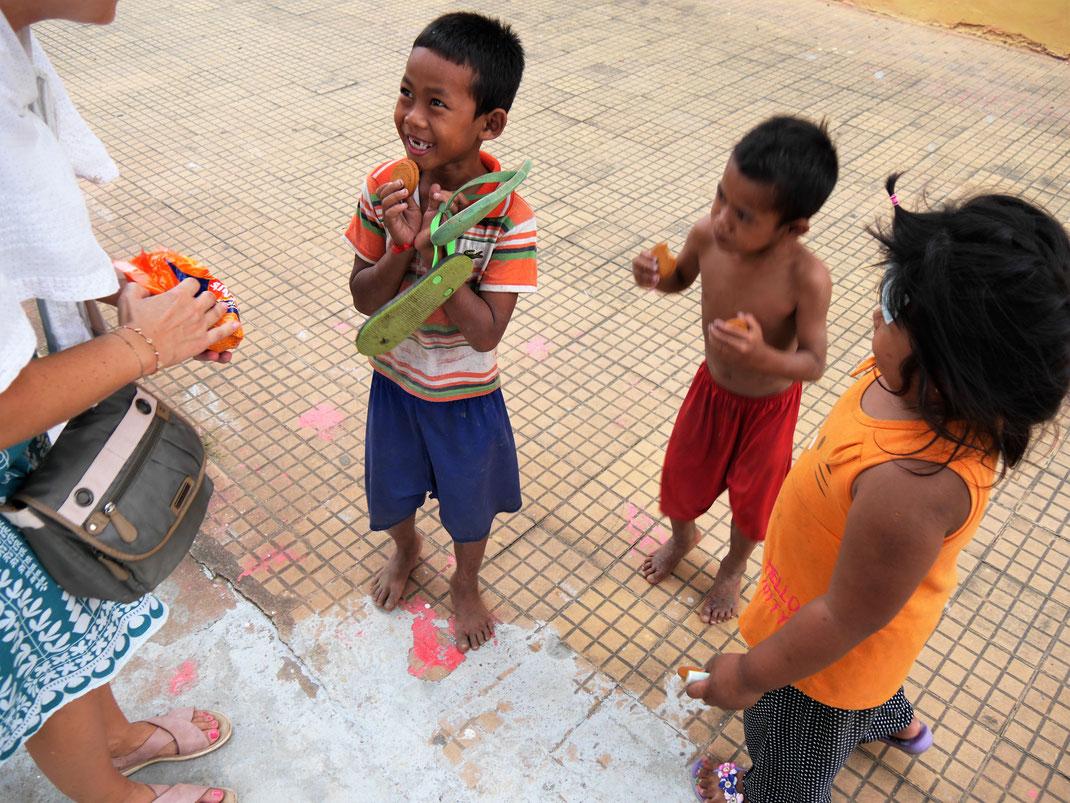 Diese Drei machen vermutlich uns so viel Freude, wie wir ihnen... Bei Battambang, Kambodscha (Foto Jörg Schwarz)