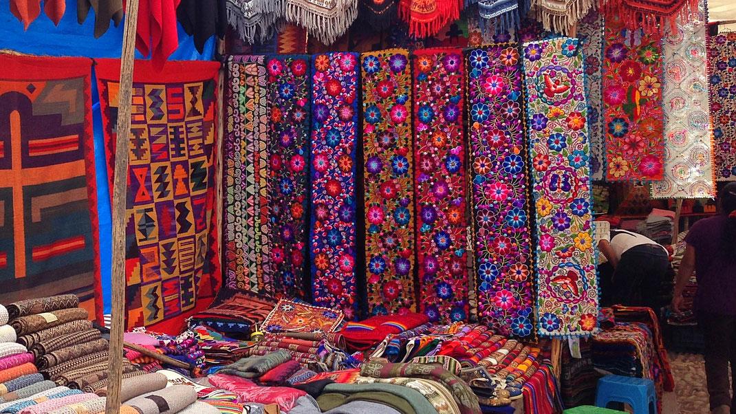 Wundervolle bunte Stoffe aus den umligenden Weberdörfern finden den Weg in die Stadt, Pisac, Peru (Foto Jörg Schwarz)