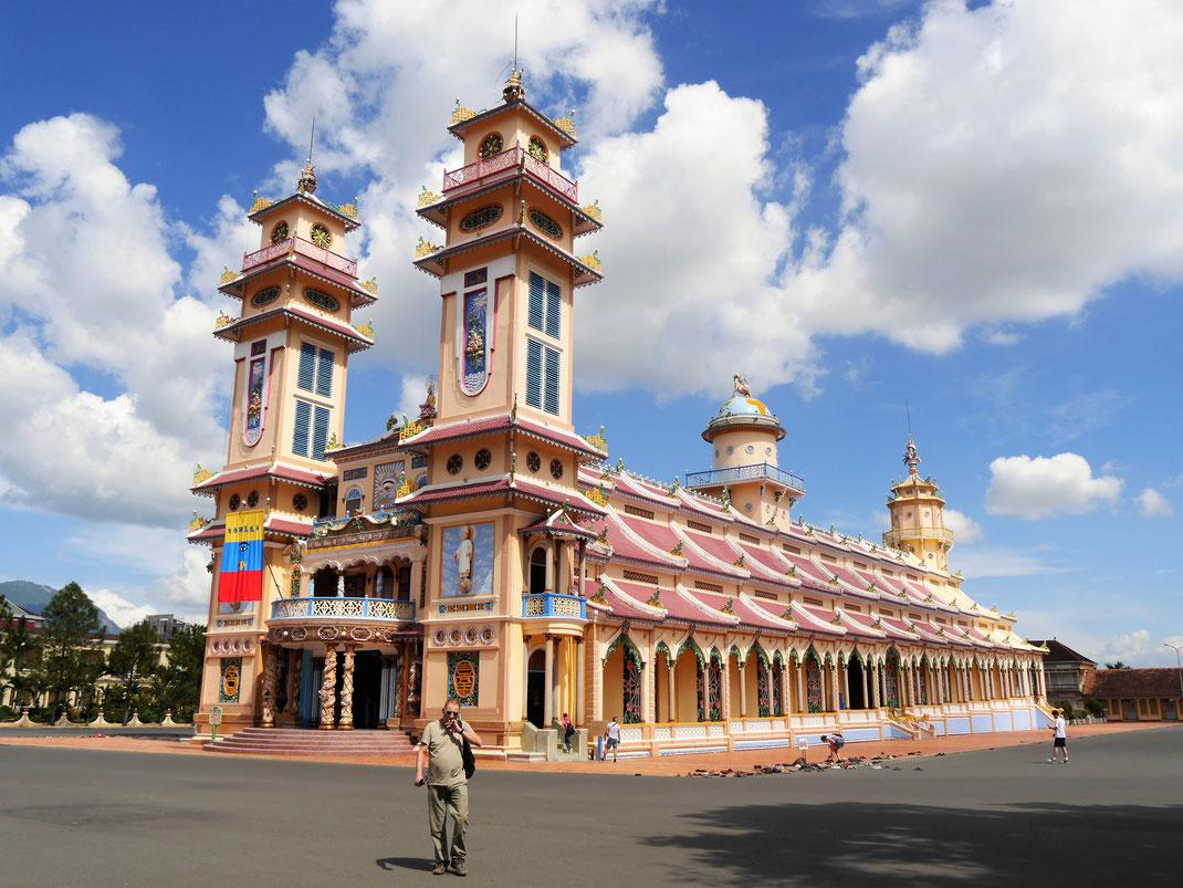 Das imposante und architektonisch interessante Kirchenhaus der Cao Dai, Tay Ninh, Vietnam (Foto Jörg Schwarz)