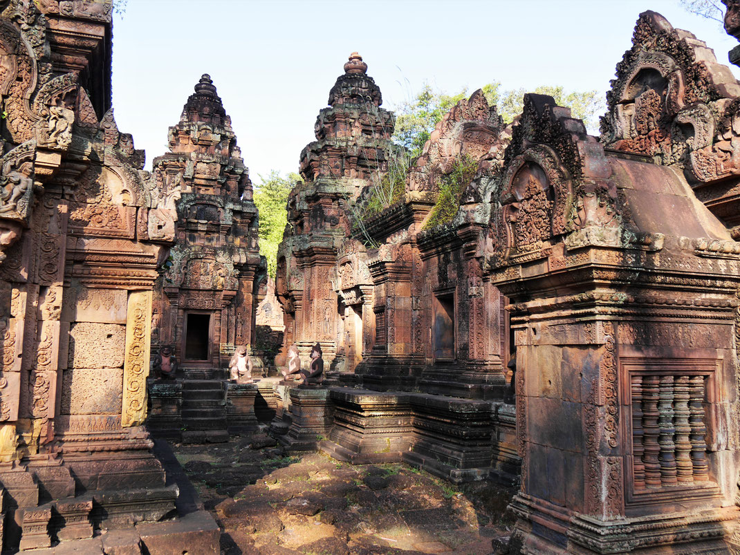 Ein wahnsinnig schönes Ensemble von kleinen Tempelchen, rechts das Zentralheiligtum, Banteay Srei, Kambodscha (Foto Jörg Schwarz)