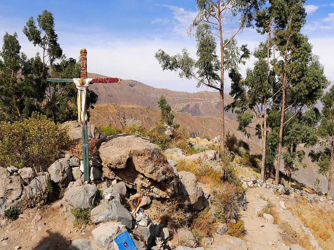 Das Gipfelkreuz! Jepp! Puhhh! Colca-Canon, Peru (Foto Jörg Schwarz)