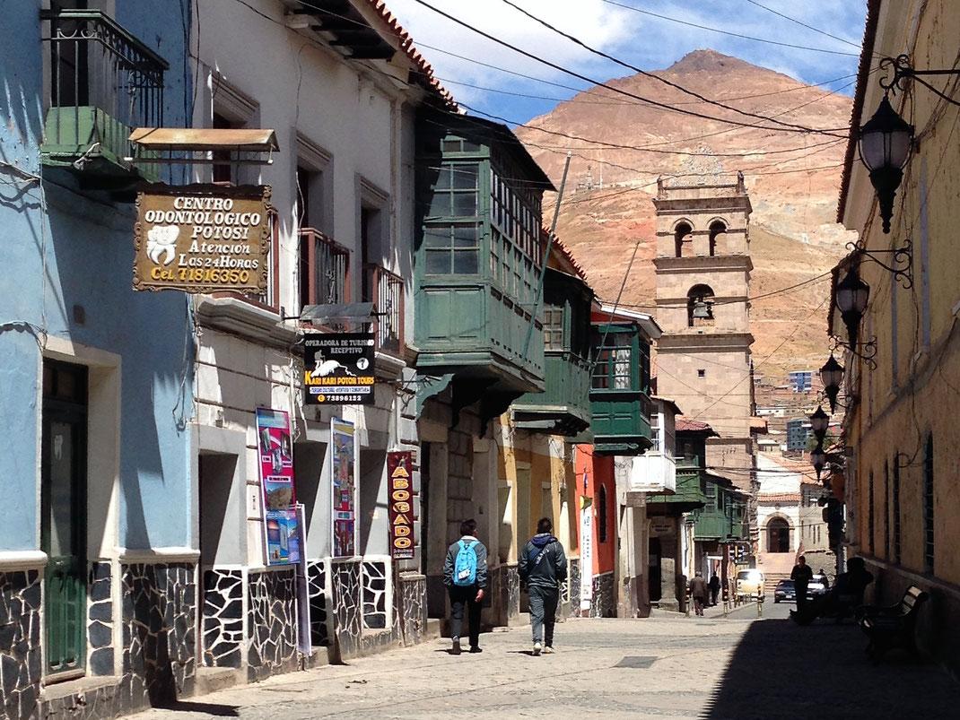 Blick aus der historischen Altstadt auf den einst reichsten Berg der Welt. Potosí, Bolivien (Foto Jörg Schwarz)