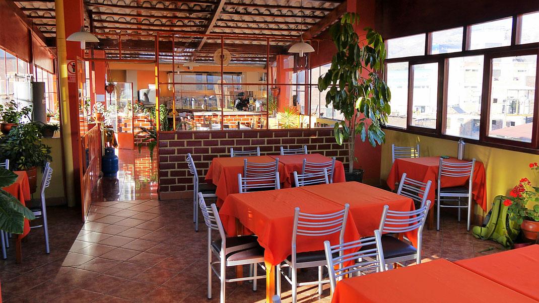 Unsere Dachterasse im Hostel - Frühstück mit Obst, Joghurt, Brötchen und Omlette, Huaraz, Peru (Foto Jörg Schwarz)