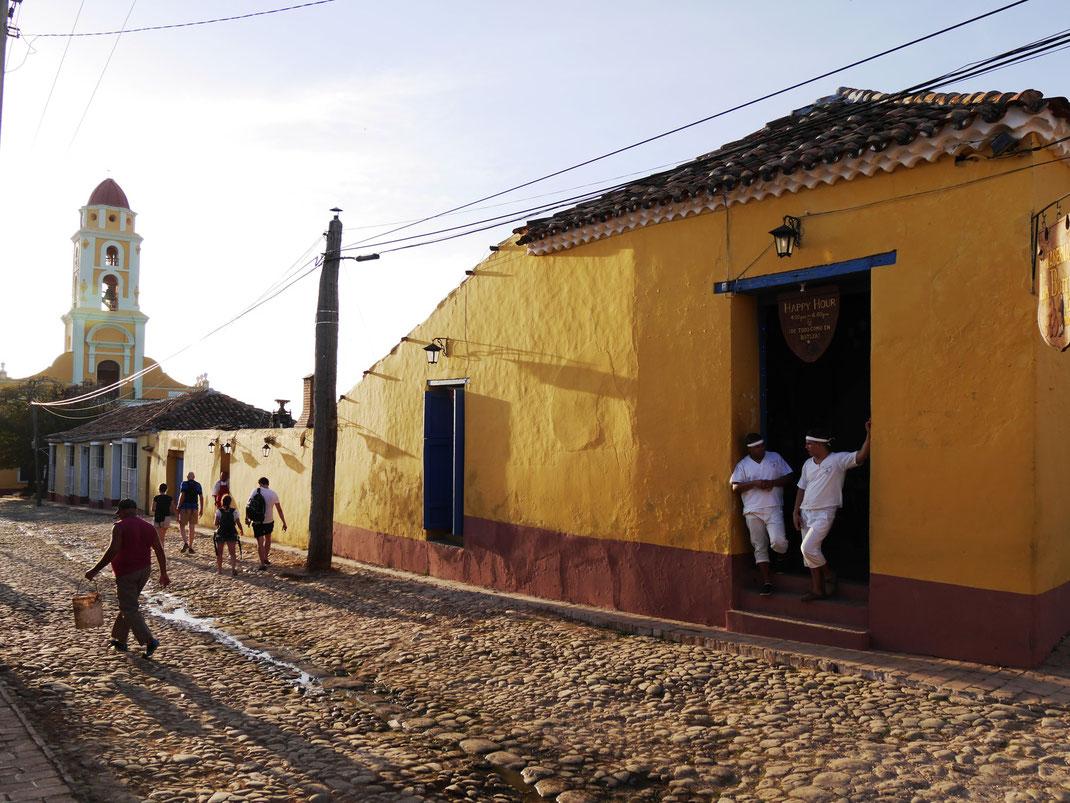 In der Stimmung der untergehenden Sonne: Trinidads alte Gassen und der markante Glockenturm des ehemaligen Klostern San Francisco de Asís  (Foto Jörg Schwarz)