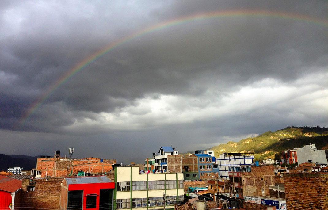 Bei Ankunft kein schönes Wetter - aber ein wunderbarer Regenbogen aus dem Fenster unserer Unterkunft, Sogamoso, Kolumbien (Foto Jörg Schwarz)