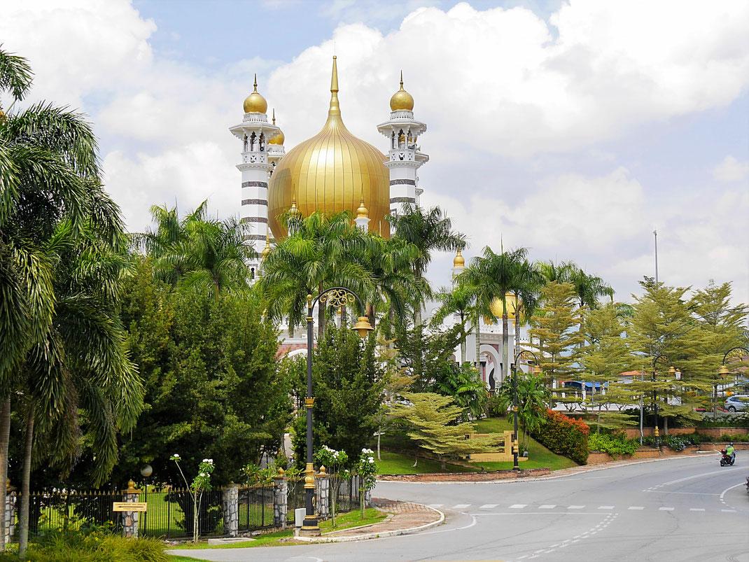 Schon von Weitem eine Augenweide: Die Ubudiah Moschee, Kuala Kangsar, Malaysia (Foto Jörg Schwarz)