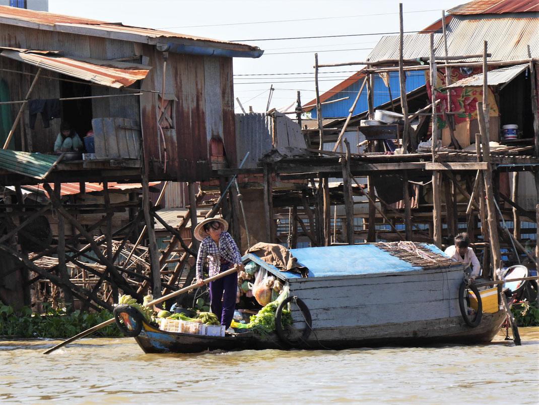 Wir sehen hart arbeitende Menschen, auf und außerhalb des Wassers... Kompong Chhnang, Kambodscha (Foto Jörg Schwarz)