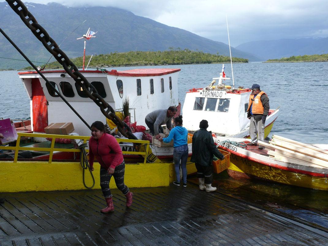 Die Bewohner Puerto Edéns versorgen sich an der geöffneten Heckklappe unserer Fähre (Foto Jörg Schwarz)