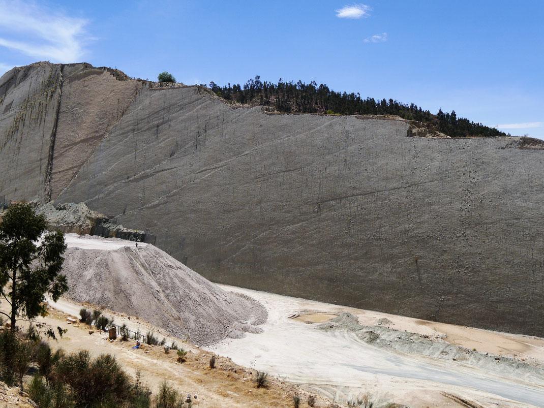 Wie sauber und filigran kann man einen Berg erst einschneiden und dann abtragen? Cal Orck'o bei Sucre, Bolivien (Foto Jörg Schwarz)