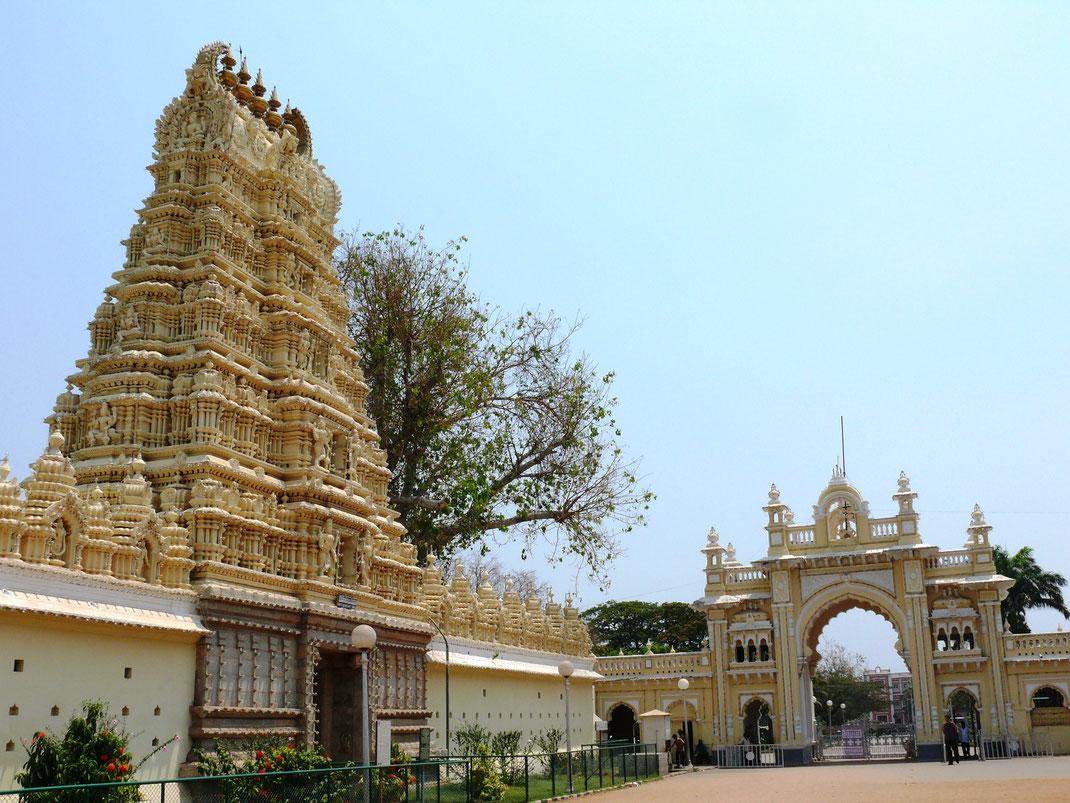 Der Shweta Varaha Swamy Devasthanam-Tempel und das Eingangstor zum Maharadscha-Palast  (Foto Jörg Schwarz)