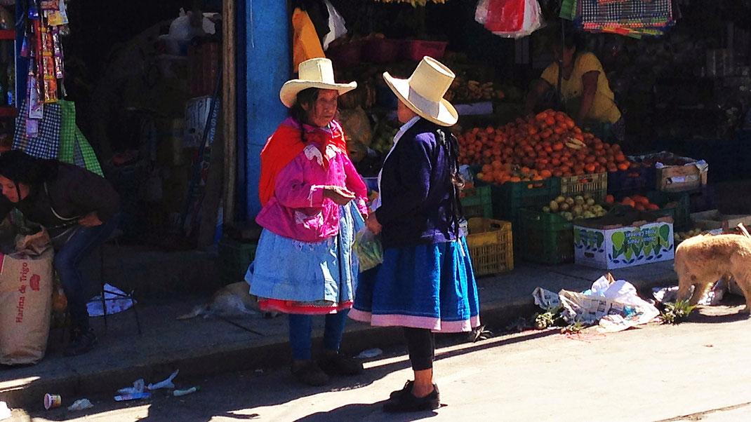 Kleiner Plausch am Markt, Caraz, Peru (Foto Jörg Schwarz)