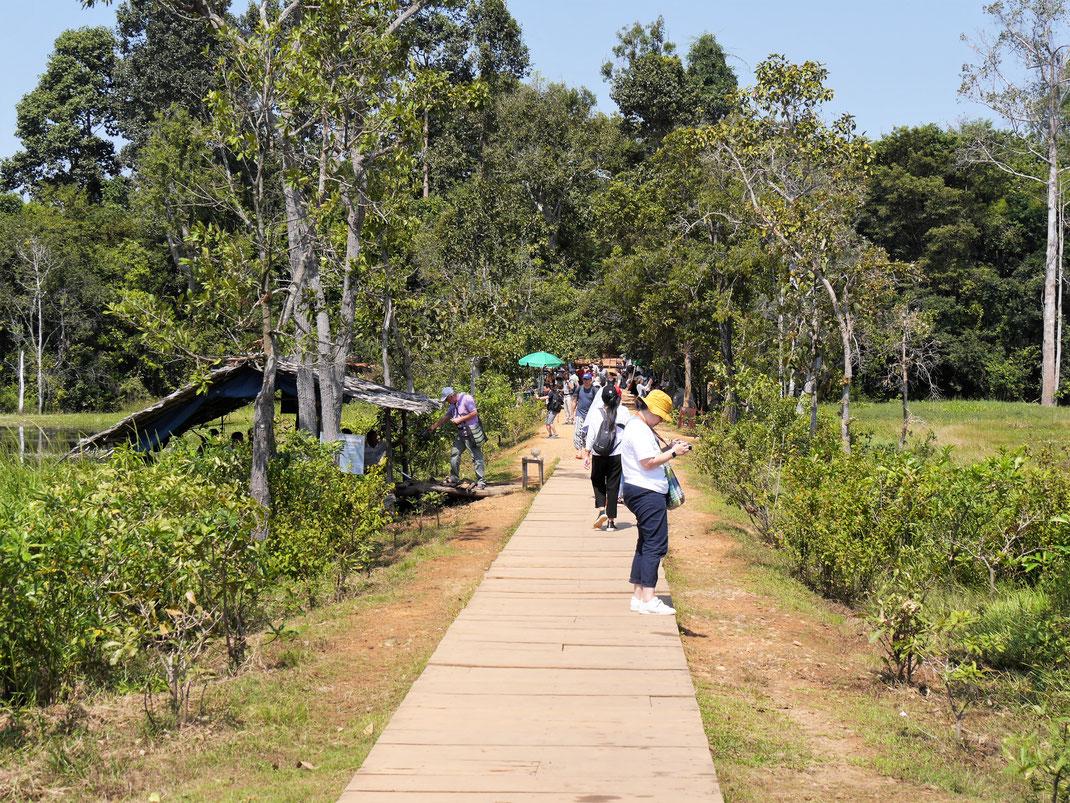 Der Neak Pean ist ein Inseltempel... Zugang zu ihm erfolgt über einen Steg... Neak Pean, Kambodscha (Foto Jörg Schwarz)