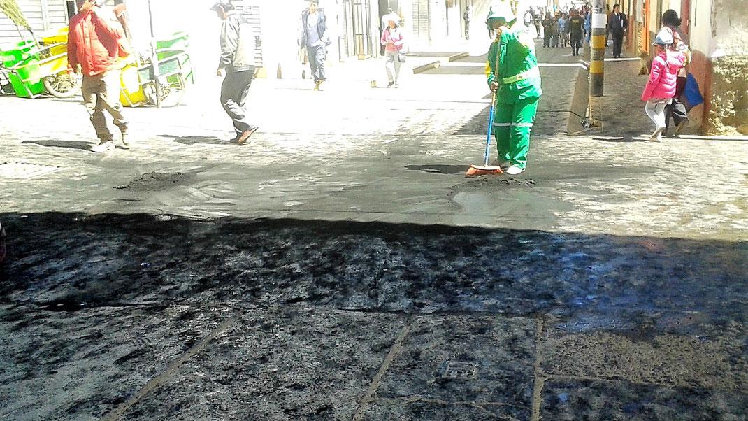 Die Spuren der brennenden Reifen werden beseitigt... Alles wieder ruhig! Huancavelica, Peru (Foto: Magdalena Bosak)