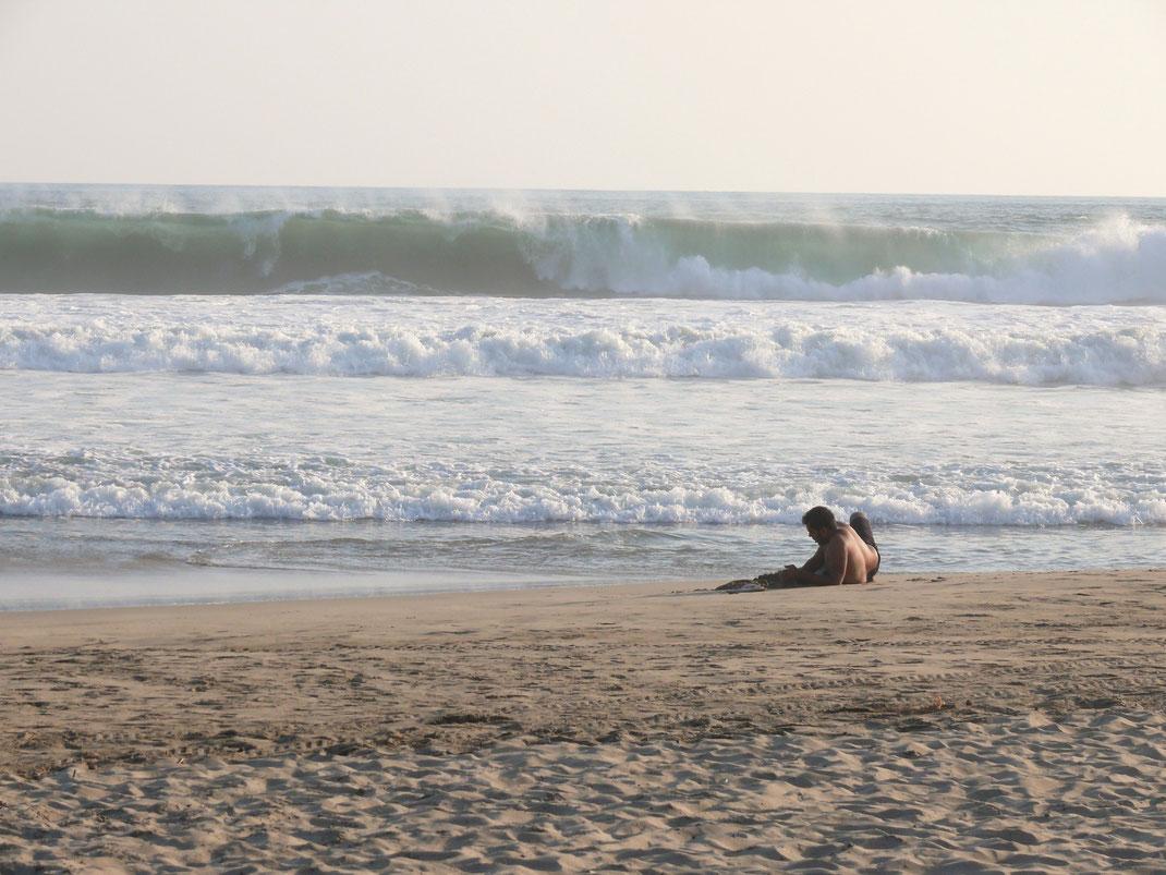 Man wird sich zweimal überlegen, ob man ohne Brett in dieses Wasser geht: Die Wellen hier sind heavy! (Foto Jörg Schwarz)