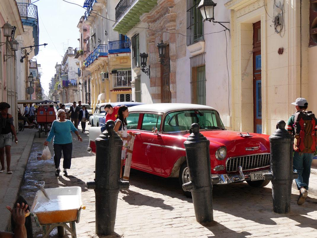 Kanonenrohne als Poller und museumsreife Autos überall? Havanna!  (Foto Jörg Schwarz)