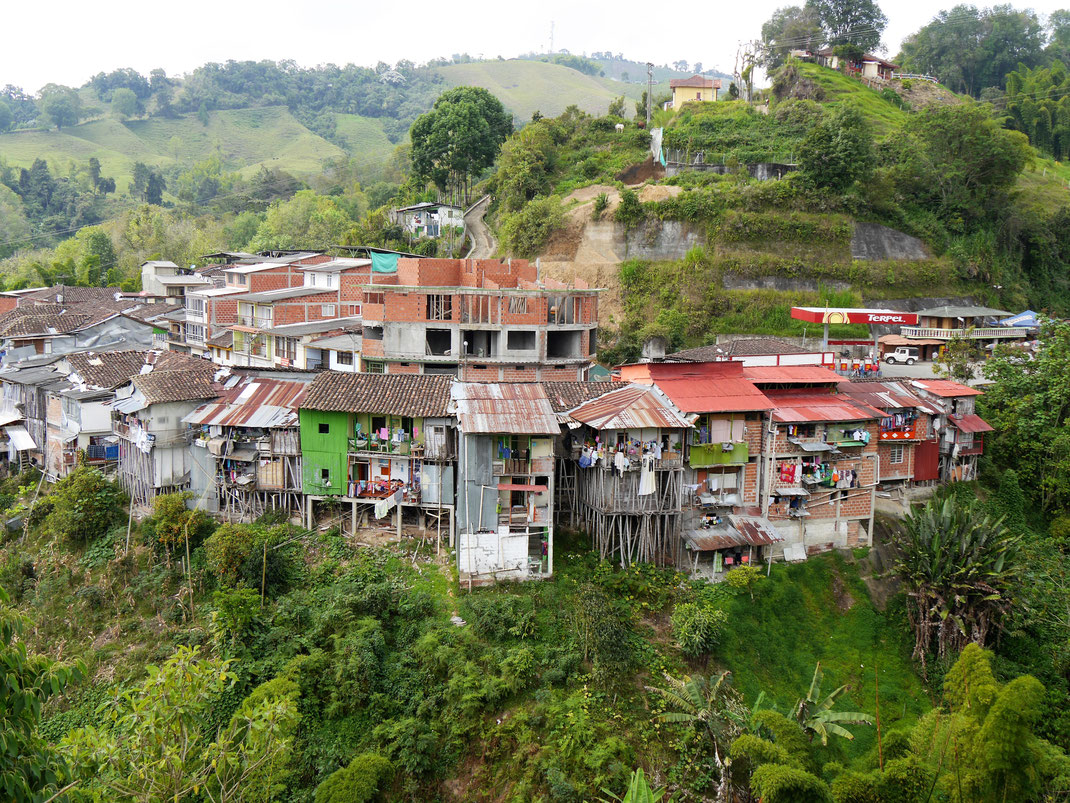 Auf Stelzen in die Gegend gebaut... Aranzazu, Kolumbien (Foto Jörg Schwarz)