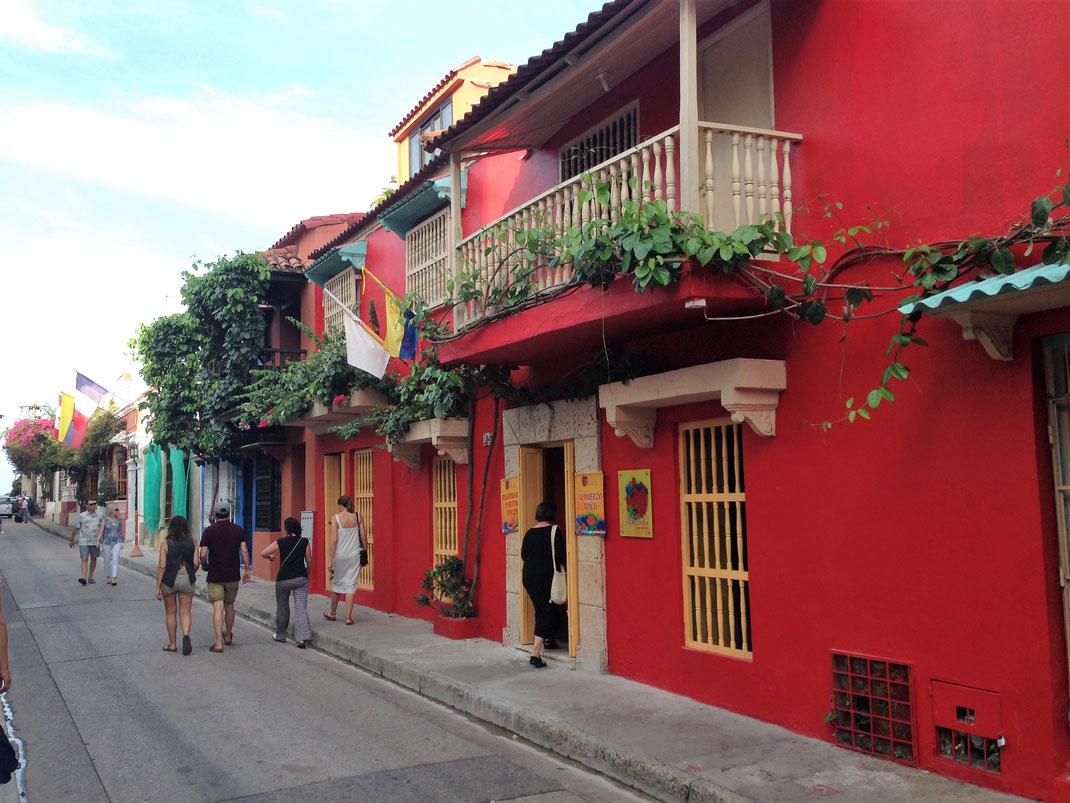 Farbenfrohe karibische Kolonialpracht prägt das Bild in Cartagena, Kolumbien (Foto Jörg Schwarz)