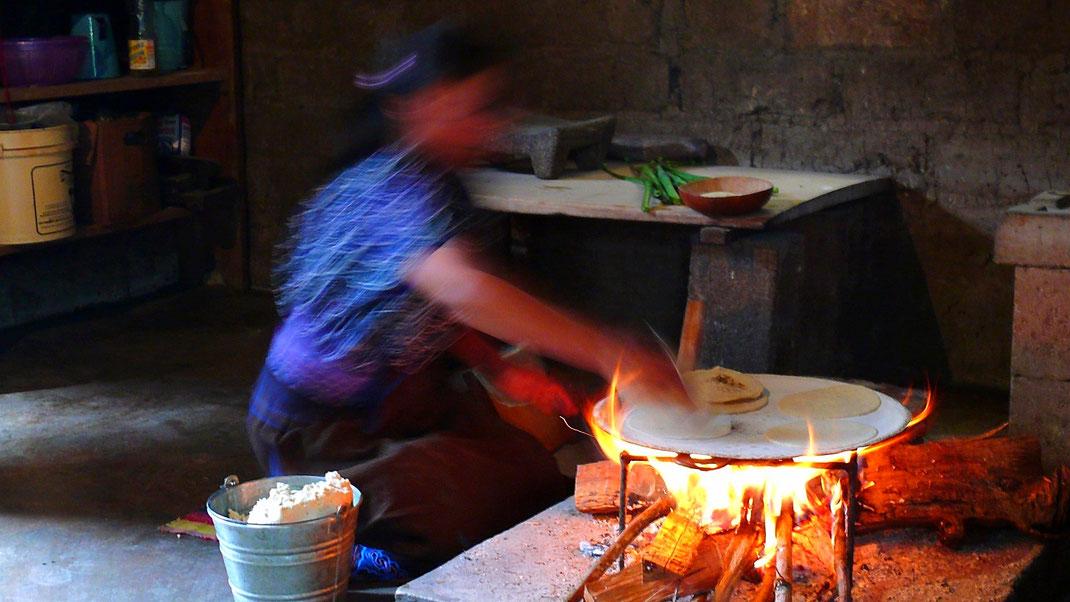 Die Tortilla frisch zubereitet... Ein Schmaus! Zinancantán, Chiapas, Mexiko (Foto Jörg Schwarz)