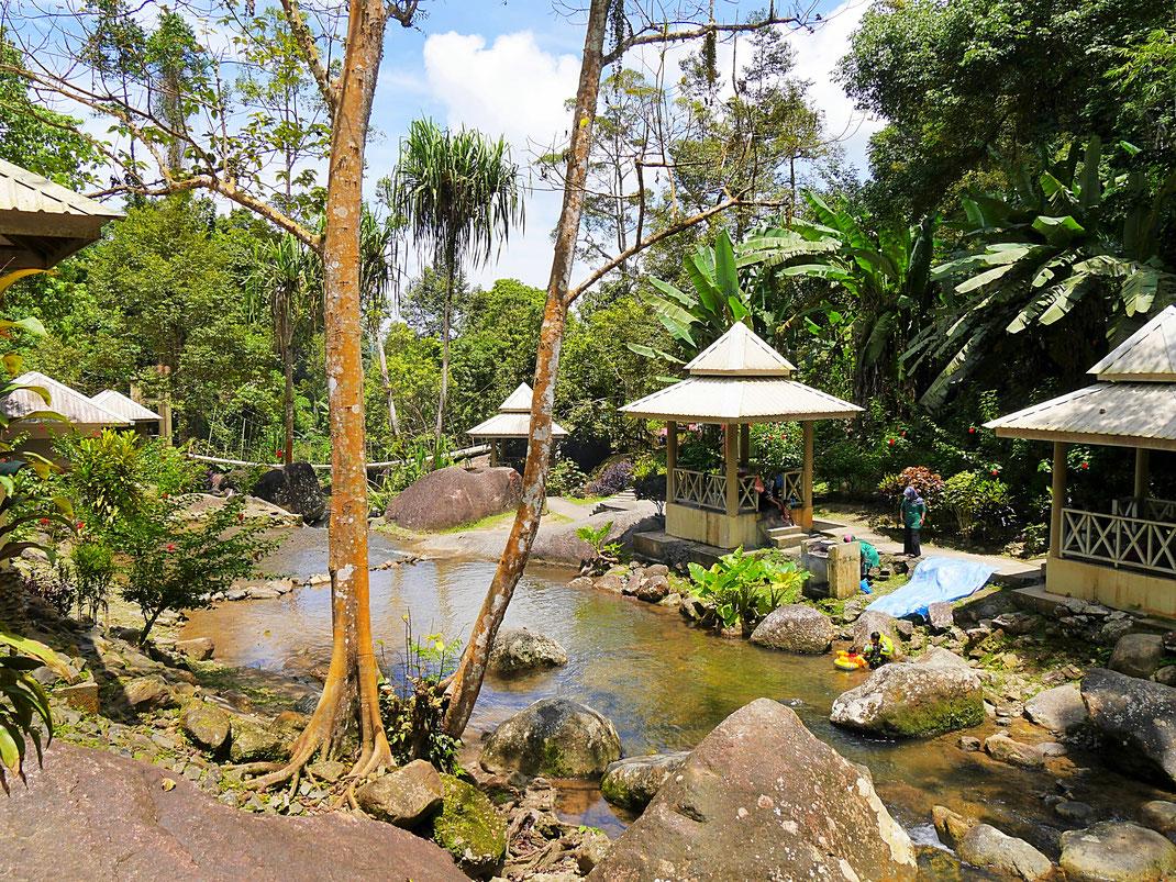 Unten baden malaiische Familien und grillen... Pulau Langkawi, Malaysia (Foto Jörg Schwarz)