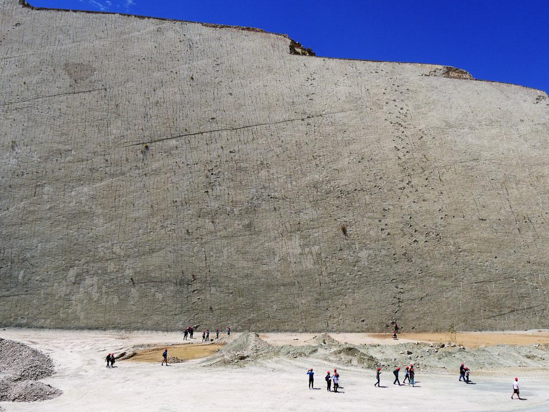 Der unfassbar imposante Boden eines urzeitlichen Seeufers... Cal Orck'o bei Sucre, Bolivien (Foto Jörg Schwarz)