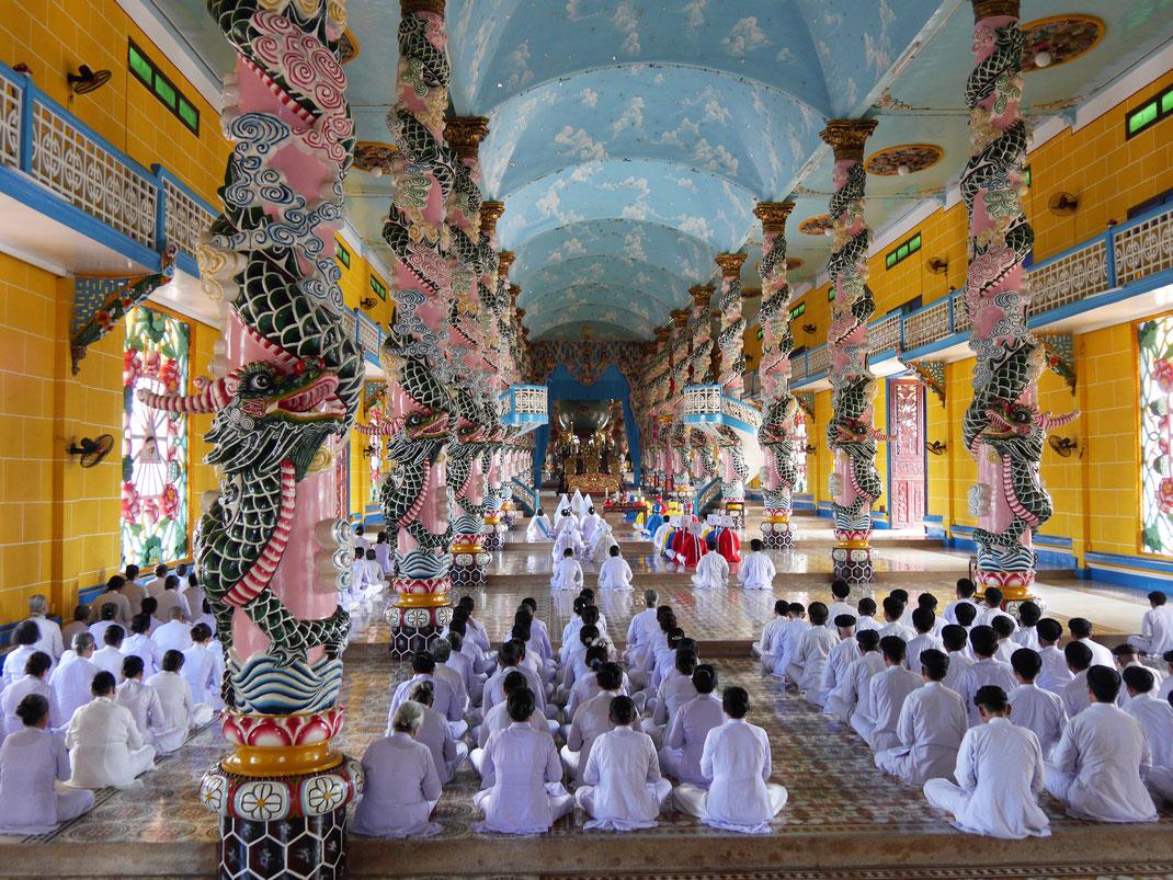 Die Zeremonie im Kirchenschiff, Tay Ninh, Vietnam (Foto Jörg Schwarz)
