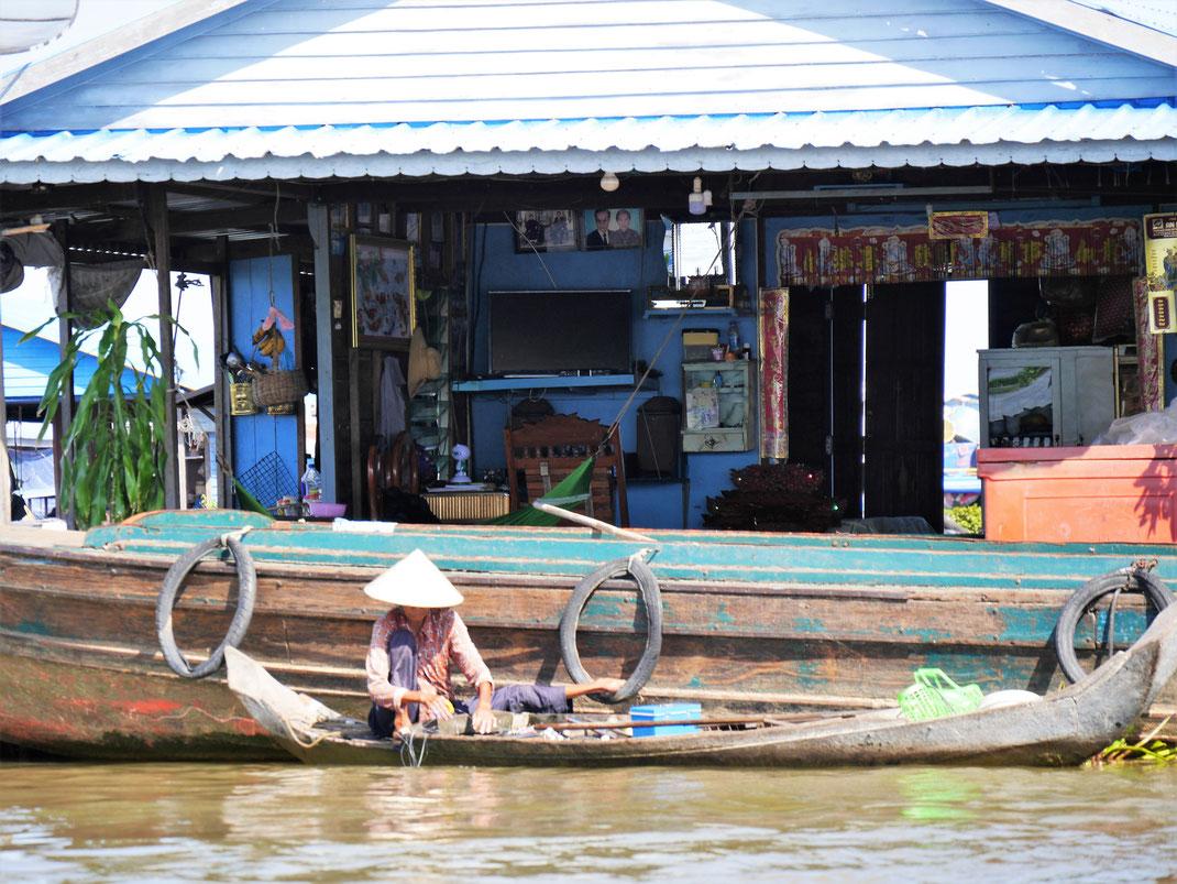 Vor einem praktisch offenen Wohnzimmer wird gefischt... Kompong Chhnang, Kambodscha (Foto Jörg Schwarz)