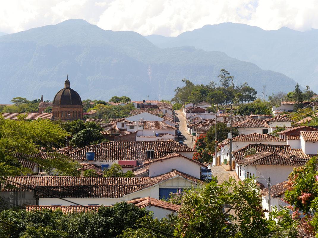 Die begrünte Stadt vor den mächtigen Cordilleren im Hintergrund... Barichara, Kolumbien (Foto Jörg Schwarz)