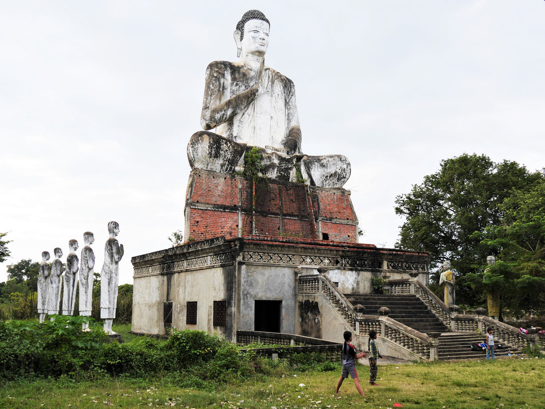 Der markante, große sitzende Buddha soll seit Jahren abgerissen werden - heute Zeuge eines Fussballspiels, bei Battambang, Kambodscha (Foto Jörg Schwarz)