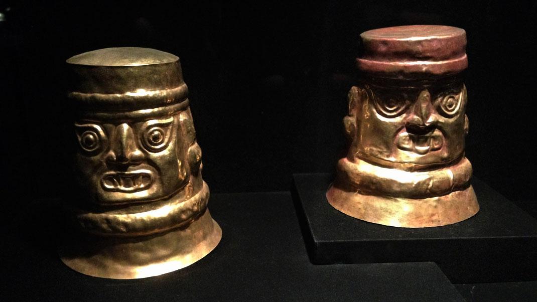 Rituelle Behältnisse, die auf dem Kopf stehend erst richtig schön sind... Aber sie fingen einst Menschenblut bei rituellen Opferungen auf! Lima, Peru (Foto Jörg Schwarz)
