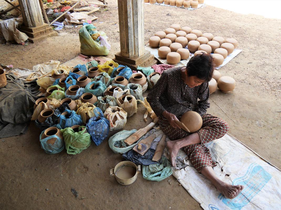 Einer von vier Arbeitsgängen der klassischen kambodschanischen Methode: Klopfen und Verdichten... Kompong Chhnang, Kambodscha (Foto Jörg Schwarz)