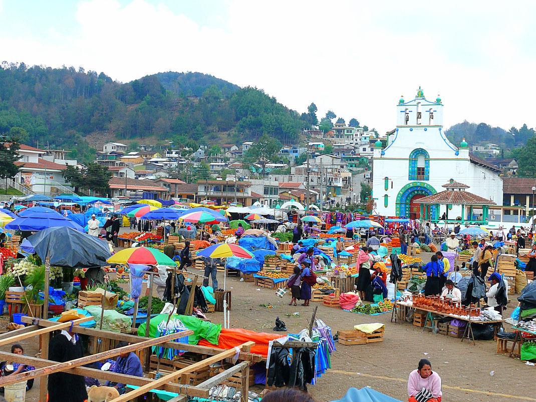 Der Markt und die Kirche von San Juan Chamula, Chiapas, Mexiko (Foto Jörg Schwarz)