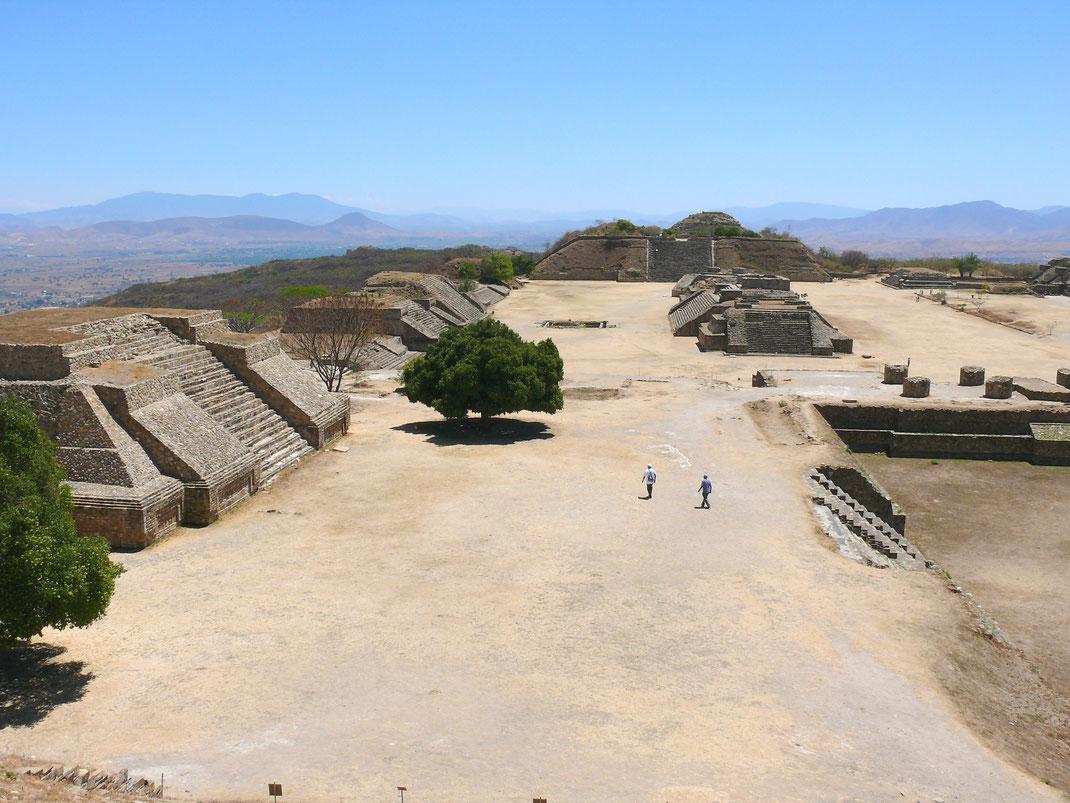 Besonders macht die Archäologische Stätte auch ihr unvergleichlicher Rundumblick, der Ausblicke in alle Richtungen der Valles Centrales ermöglicht (Foto Jörg Schwarz)