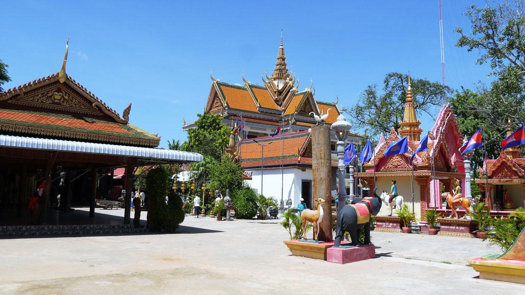 Viele bunte Figurenensembles prägen den Tempelbezirk, Kompong Thom, Kambodscha (Foto Jörg Schwarz)