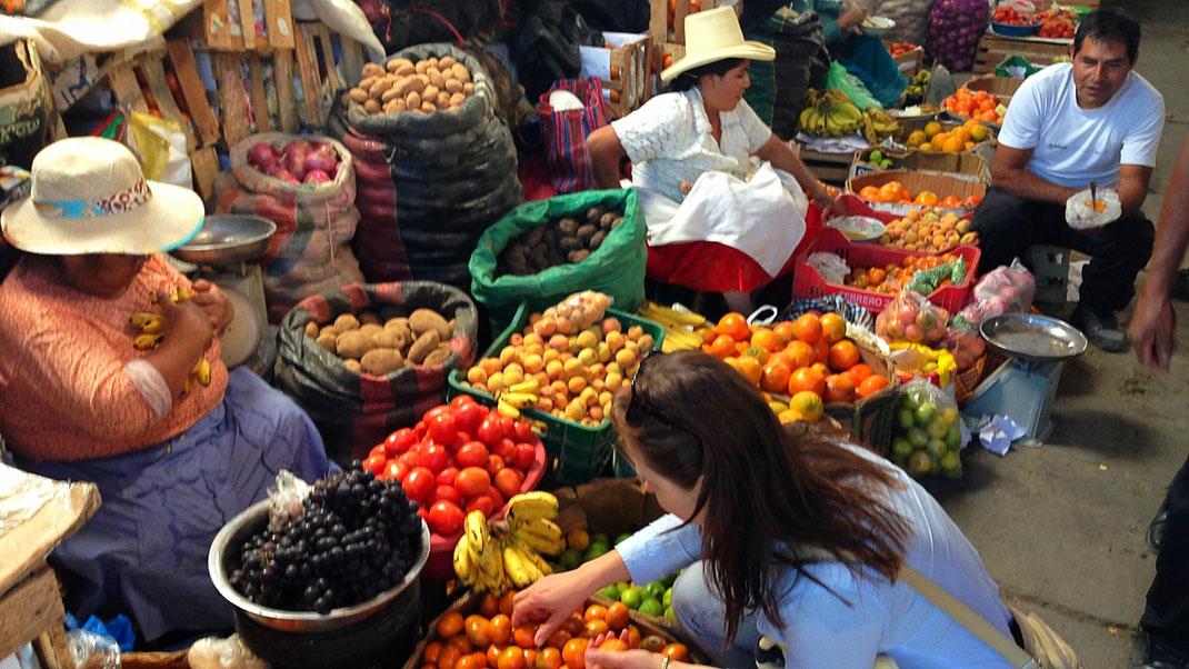 Marktfrauen mit den hart erarbeiteten Produkten der Anden, Markt, Caraz, Peru (FotoJörg Schwarz)