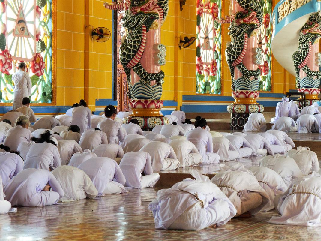 """Immer wieder verbeugen sich die Gläubigen vor dem """"alles sehenden Auge"""", Tay Ninh, Vietnam (Foto Jörg Schwarz)"""