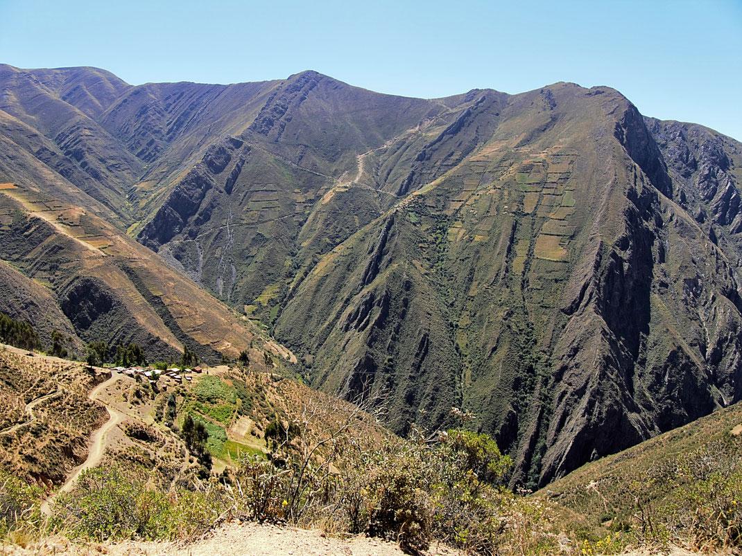 Steil, steiler, am steilsten: Anbauflächen in der Vertikalen, gegenüber Punta Winchus, Peru (Foto Jörg Schwarz)