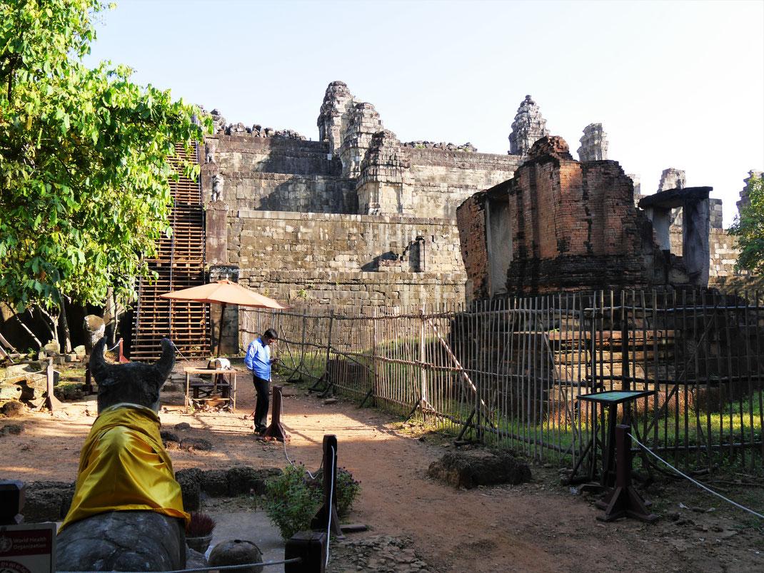 Der Blick von unten auf den Tempel Phnom Bakheng, Kambodscha (Foto Jörg Schwarz)