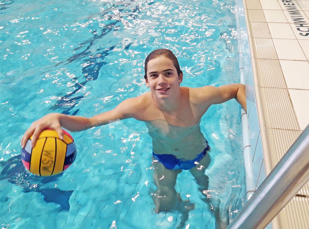 Wasserballer Marian Kob vom WSW Rostock beim Training in der Neptunhalle