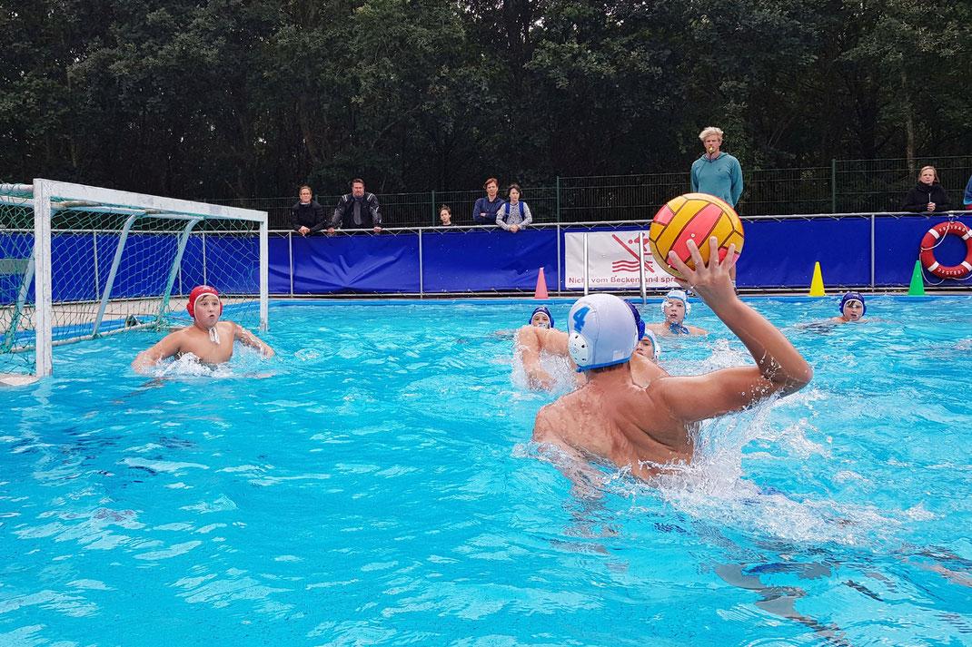 Ein Wasserballer der U14 des WSW Rostock beim Torwurf im Vorbereitungsspiel gegen Neptun Cuxhaven