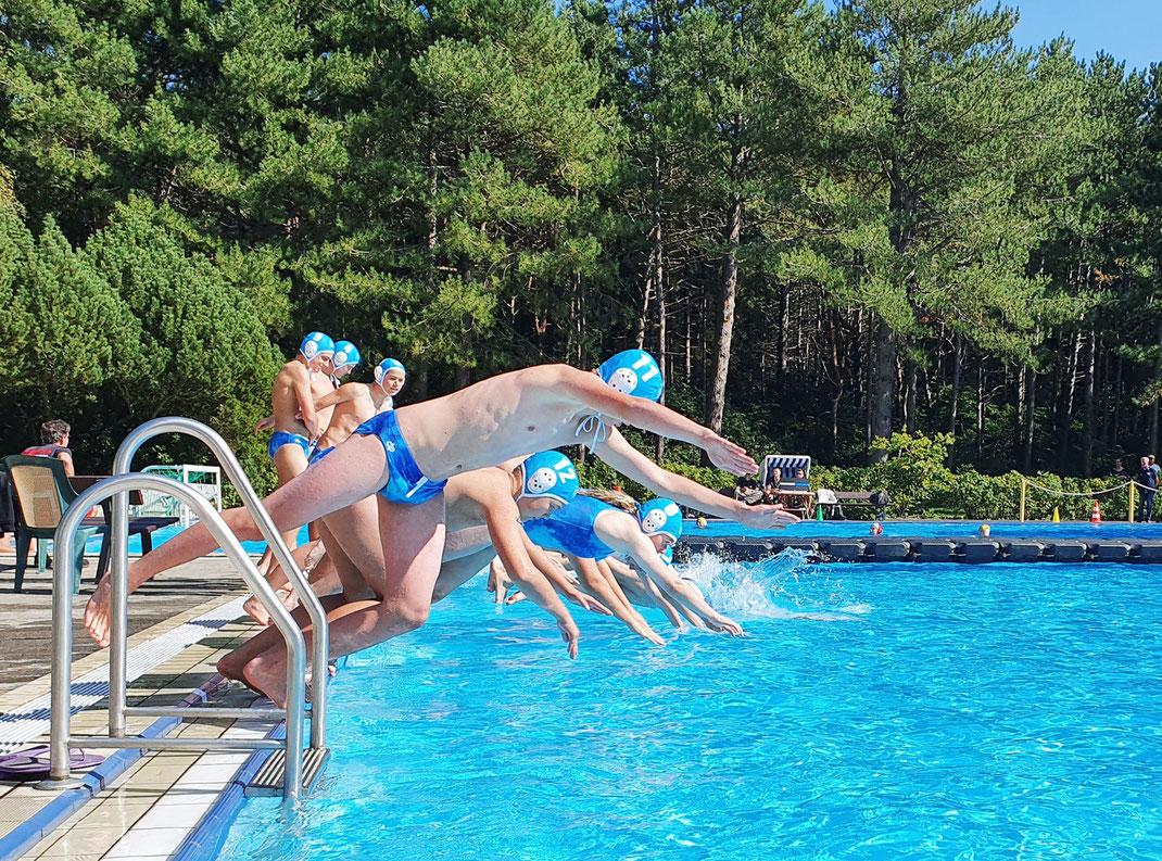 Die Wasserballer und Wasserballerinnen der U14 des WSW Rostock beim Einschwimmen, 2021