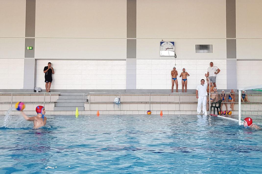 Der Kapitän der U12 Wasserballer des WSW Rostock beim Strafwurf zum 13:12 gegen Brandenburg in Rostock